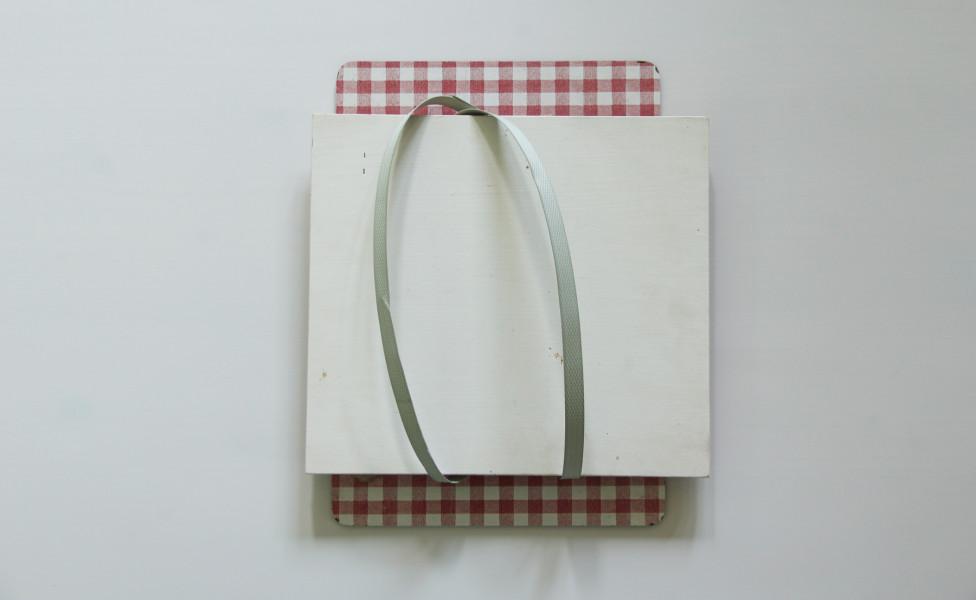 O.T. (für Z.), 2014, Kunststoffband Acrylfarbe Holzplatten, 30 x 25 x 7,5 cm